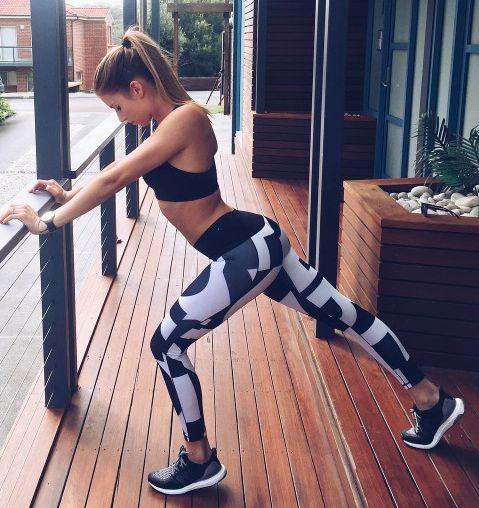 スポーツ前にストレッチをする女性